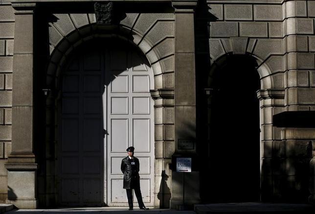 3月13日、関係筋によると、日銀は14─15日の決定会合で、マネー・リザーブ・ファンド(MRF)の資金に関し、日銀当座預金におけるマイナス金利の適用除外にするかどうか議論する公算が大きい。写真は日銀本店前で2月撮影(2016年 ロイター/Thomas Pete)