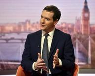 El ministro de Finanzas británico, George Osborne, dijo el domingo que podría anunciar nuevos recortes del gasto público esta semana para proteger su plan de austeridad del debilitamiento de la economía, aunque señaló que las medidas no serían drásticas.  En la imagen, el ministro de Finanzas británico, George Osborne, habla en la BBC en Londres, Gran Bretaña, el 13 de marzo de 2016. REUTERS/Jeff Overs/BBC/Handout via Reuters