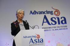 Las políticas monetarias no convencionales de los bancos centrales en Europa y Japón recibieron la aprobación del Fondo Monetario Internacional el domingo, pese a que autoridades en mercados emergentes advirtieron que están elevando los riesgos para la economía global. En la foto, la directora gerente del FMI, Christine Lagarde, en una conferencia en Nueva Delhi el 12 de marzo de  2016. REUTERS/Anindito Mukherjee