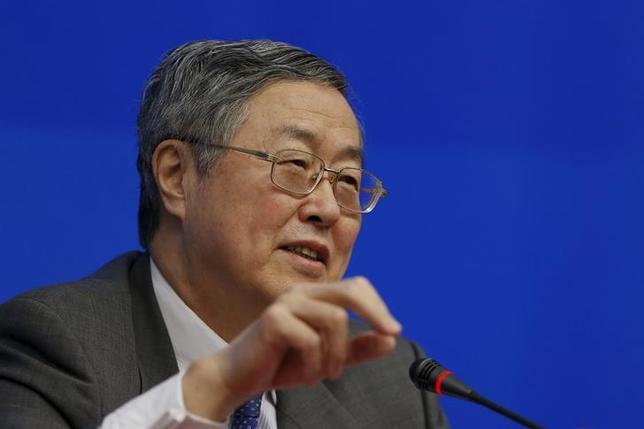 3月12日、中国人民銀行の周小川総裁は、過度な刺激策を用いて経済成長率を押し上げる必要はないと述べる一方、国内外で経済に大きなショックが生じた場合には柔軟に対応すると強調した。写真は上海で2月撮影(2016年 ロイター/Aly Song)