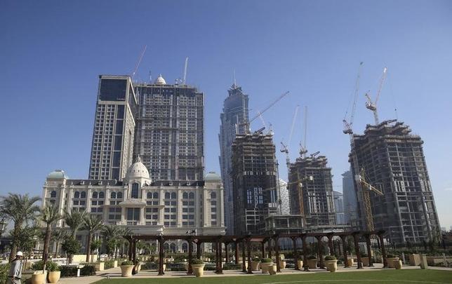 3月9日、世界各地の大都市で不動産の価格高騰を招いたチャイナマネーは、従来の領域を超えて、ドバイの土地や英学生住宅のような格安で高いリターンの見込める物件に触手を伸ばしている。写真は建設中の建物。ドバイで1月撮影(2016年 ロイター/Ashraf Mohammad)