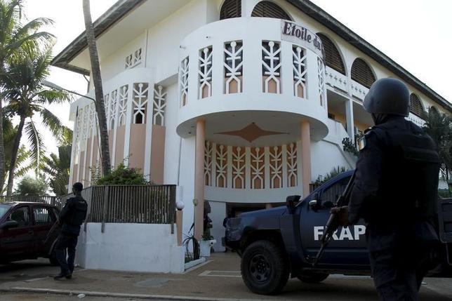 3月13日、西アフリカ・コートジボワール南部のリゾート地で13日、武装集団が銃を乱射し、外国人を含む16人が死亡した。イスラム過激派を監視する米団体によると、北アフリカで活動するアルカイダ系の「イスラム・マグレブ諸国のアルカイダ組織(AQIM)」が犯行声明を出した。写真はコートジボワールで13日撮影(2016年 ロイター/Luc Gnago)