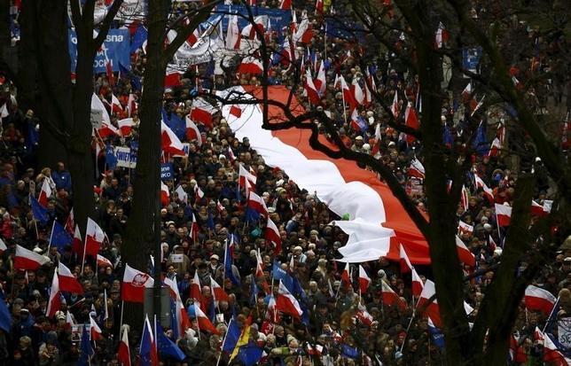 3月12日、ポーランドの首都ワルシャワで、数万人のデモ隊が大統領宮殿に向かって行進し、同国政府が憲法を尊重することを要求した。(2016年 ロイター/Kacper Pempel )