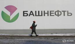 Рабочий на НАЗ Башнефти под Уфой 29 января 2015 года. Чистая прибыль госнефтекомпании Башнефть по МСФО  выросла в 2015 году на 35 процентов до 58,18 миллиарда рублей, следует из отчетности компании. REUTERS/Sergei Karpukhin