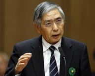Responsables del Banco de Japón han acudido apresuradamente a los bancos comerciales del país para explicarles y disculparse por la sorprendente introducción de tipos de interés negativos en enero, e incluso el primer ministro nipón Shinzo Abe se ha distanciado de una decisión que ha tenido un mala acogida pública.  En la imagen, el gobernador del Banco de Japón, Haruhiko Kuroda, habla durante una reunión del comité financiero de la cámara alta del Parlamento en Tokio, el 18 de febrero de 2016. REUTERS/Toru Hanai