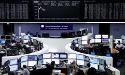 Operadores trabajando en la Bolsa de Fráncfort, Alemania. 14 de marzo de 2016. Las bolsas europeas subían el lunes, extendiendo las ganancias de la sesión anterior, impulsadas por las acciones bancarias tras las nuevas medidas de apoyo tomadas por el Banco Central Europeo. REUTERS/Staff/Remote