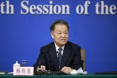 Las subvenciones a las tarifas y los suplementos a los salarios de conductores de las plataformas de transporte como Didi Kuaidi y la estadounidense Uber Technologies Inc son injustas desde el punto de vista de la competencia y no podrían mantenerse a largo plazo, dijo el ministro de Transporte de China.  En la foto, el ministro de Transporte chino, Yang Chuantang,  habla en una conferencia de prensa en el marco de en el marco de la sesión parlamentaria anual de China en Pekín, China, el 14 de marzo de 2016. REUTERS/China Daily