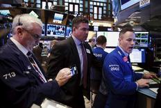 Operadores trabajando en la Bolsa de Nueva York. 11 de marzo de 2016. Las acciones caían ligeramente el lunes en la Bolsa de Nueva York, ya que un descenso en el precio del petróleo afectó a los títulos energéticos y los inversores evitaban hacer grandes apuestas antes de la publicación de una serie de datos económicos y la reunión de política de la Reserva Federal. REUTERS/Lucas Jackson