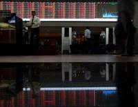 Personas caminando en la Bolsa de Valores de Sao Paulo, 24 de agosto de 2015. El principal índice de acciones de Brasil caía el lunes en medio de un descenso de los papeles vinculados a las materias primas, en momentos en que los inversores esperaban nuevas noticias sobre el escenario político local, específicamente vinculadas al proceso de juicio político contra la presidenta Dilma Rousseff. REUTERS/Paulo Whitaker