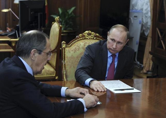 3月14日、ロシアのプーチン大統領は、シリア展開軍に撤退を開始するよう命令した。写真はモスクワで外務相と協議するプーチン氏。同日撮影(2016年 ロイター/Mikhail Klimentyev/Sputnik/Kremlin)