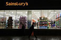 Люди проходят мимо магазина Sainsbury's в Лондоне 11 ноября 2009 года. Вторая по величине сеть супермаркетов Великобритании Sainsbury's отчиталась во вторник о росте квартальных базовых продаж впервые более чем за два года, что превысило ожидания рынка и может помочь компании в борьбе за приобретение ритейлера Home Retail. REUTERS/Stefan Wermuth
