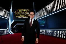 """El director de cine J.J. Abrams llega al estreno de """"Star Wars: El Despertar de la Fuerza"""", en Hollywood, California. 14 de diciembre de 2015. Con el próximo lanzamiento de """"Star Wars: El Despertar de la Fuerza"""" en iTunes, el director del film dijo el lunes que era una """"pesadilla"""" pensar que la gente vaya a ver una película de aventuras diseñada para una pantalla grande en un teléfono móvil. REUTERS/Mario Anzuoni/Files"""