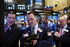 Operadores trabajando en la Bolsa de Nueva York, 14 de marzo de 2016. Wall Street abrió el martes a la baja, después de que un débil dato de ventas minoristas en Estados Unidos y una sombría visión del banco central japonés sobre su economía incrementara las preocupaciones de los inversores antes de la reunión de la Reserva Federal. REUTERS/Lucas Jackson