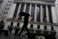 Человек идет мимо здания Нью-Йоркской фондовой биржи.  Фондовые рынки США открыли торги вторника в минусе, так как падение цен на нефть оказало давление на энергетические акции, в то время как инвесторы сохраняют осторожность в преддверии двухдневного заседания Федрезерва. REUTERS/Brendan McDermid
