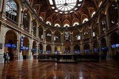 El Ibex-35 cerró el martes con caídas lastrado por el preponderante sector bancario, en una sesión de toma de beneficios que cortó con una racha de cuatro jornadas al alza tras el impulso de nuevas medidas del Banco Central Europeo (BCE) la semana pasada. En la imagen de archivo, un operador habla por teléfono en la Bolsa de Madrid, el 31 de julio de 2014. REUTERS/Juan Medina