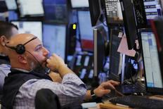 Трейдеры на фондовой бирже в Нью-Йорке. 14 марта 2016 года. Снижение акций компаний сектора здравоохранения и сектора материалов в ходе спокойных торгов вторника привело к падению американских фондовых индексов второй день подряд, поскольку инвесторы проявляют осторожность в ожидании результатов заседания ФРС США по вопросам денежно-кредитной политики. REUTERS/Lucas Jackson