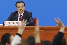 El primer ministro de China, Li Keqiang, dijo que el Gobierno seguirá promoviendo reformas orientadas al mercado en los mercados financieros del país y mejorará la coordinación en la regulación financiera. En la imagen, periodistas levantan la mano para pedir la palabra en una rueda de prensa del Li en Pekín, China, 16 marzo de 2016.  REUTERS/Kim Kyung-hoon