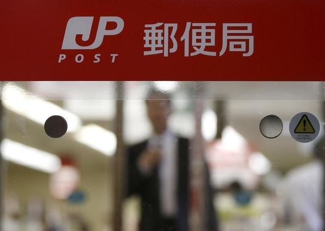 3月16日、自民党の郵政事業に関する特命委員会は、総務部会などとの合同会議を開き、ゆうちょ銀行の貯金限度額とかんぽ生命保険の契約限度額を引き上げる政令改正案について、上限額を1年以内に見直すとの条件付きで了承した。2015年11月撮影(2016年 ロイター/Toru Hanai)