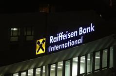 Логотип Raiffeisen Bank International на штаб-квартире банка в Вене 3 марта 2016 года. Австрийский банк Raiffeisen Bank International в среду отчитался о чистой прибыли, которая оказалась немного ниже предварительных данных, опубликованных в прошлом месяце, и сообщил, что продолжает придерживаться своей стратегии развития на международных рынках, включая Польшу. REUTERS/Leonhard Foeger