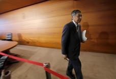 El gobernador del Banco de Japón, Haruhiko Kuroda, tras una conferencia de prensa en la sede el BOJ en Tokio, el 15 de marzo de 2016. El gobernador del Banco de Japón, Haruhiko Kuroda, dijo que hay espacio para recortar las tasas de interés a cerca de -0,5 por ciento, respondiendo a las crecientes sospechas de que las críticas a la decisión de enero de adoptar tasas negativas le impedirían continuar adelante con la política. REUTERS/Toru Hanai