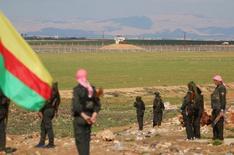 """Бойцы курдских отрядов самообороны стоят вблизи сирийско-турецкой границы у сирийского города аль-Дербасиан 9 февраля 2016 года. Сирийские курды пообещали провозгласить федеративную систему в контролируемых ими областях северной Сирии, демонстрируя решимость добиваться своего вопреки исключению из переговоров в Женеве. Турция предупредила, что не признает """"курдской федерации"""". REUTERS/Rodi Said"""