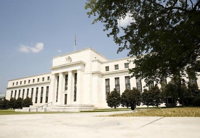 3月16日、米FRBは16日まで開催したFOMCで、政策金利の据え置きを決定した。写真は2015年9月、ワシントンのFRBビルを撮影(2016年 ロイター/Kevin Lamarque)