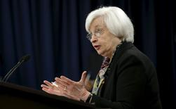 La présidente de la Réserve fédérale américaine, Janet Yellen. La Fed a maintenu mercredi ses taux d'intérêt inchangés, comme attendu, mais laissé entendre que la croissance économique modérée et le dynamisme du marché du travail aux Etats-Unis pourraient lui permettre de reprendre le resserrement de sa politique monétaire dans le courant de l'année. /Photo prise le 16 mars 2016/REUTERS/Kevin Lamarque