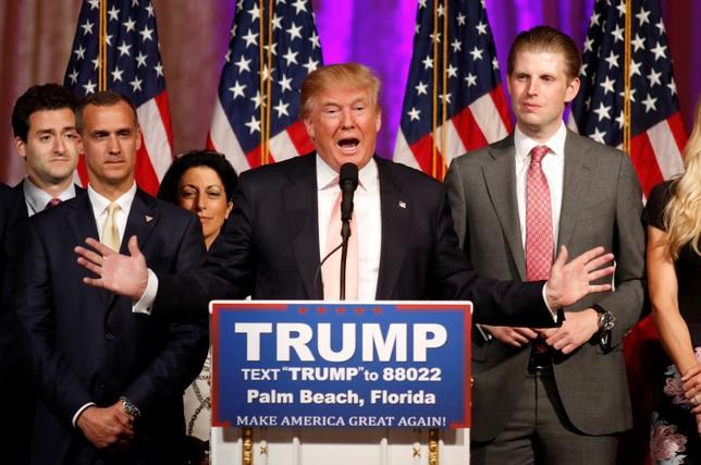 3月16日、オンライン賭けサイトでは、米大統領選の共和党候補指名争いが、7月の共和党全国大会での決選投票に持ち込まれるとの見方が広がっている。写真は指名争いで首位を走る不動産王ドナルド・トランプ氏。フロリダ州で15日撮影(2016年 ロイター/Joe Skipper)