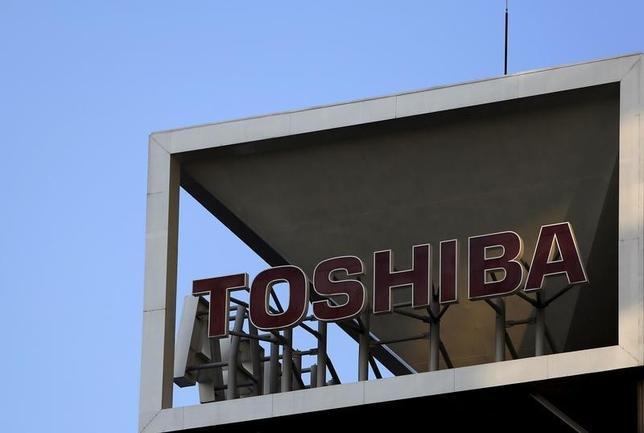 3月17日、東芝は、スマートフォンなどで使われるフラッシュメモリーを生産する四日市工場(三重県四日市市)の新しい製造棟の建設を同日の取締役会で承認したと発表した。写真は都内で2015年11月撮影(2016年 ロイター/Yuya Shino)