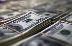 Фальшивые доллары США, представленные полицией на пресс-конференции в Лиме.  Доллар вновь перешел на отрицательную территорию на азиатских торгах в четверг после резкого падения из-за решения Федрезерва США уменьшить количество планируемых до конца этого года повышений ключевой ставки с четырех до двух. REUTERS/Guadalupe Pardo