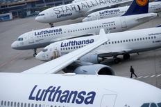Lufthansa a annoncé jeudi la reprise du paiement d'un dividende, après un bond de 55% de son bénéfice d'exploitation en 2015 grâce à la chute des prix du kérosène et au dynamisme de la demande.  La compagnie aérienne allemande a fait état d'un bénéfice avant impôt et intérêts (Ebit) annuel ajusté de 1,82 milliard d'euros. /Photo d'archives/REUTERS/Ralph Orlowski