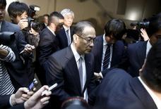 Las acciones de Toshiba Corp se desplomaron casi un 10 por ciento el jueves después de que Bloomberg News informase de que la firma japonesa está siendo investigada por las autoridades de Estados Unidos respecto a la contabilidad relacionada con Westinghouse, sus operaciones de energía nuclear. En la imagen, el presidente y consejero delegado de Toshiba Corp, Masashi Muromachi, abandona una rueda de prensa en la sede de la compañía en Tokio, el 7 de diciembre de 2015. REUTERS/Thomas Peter