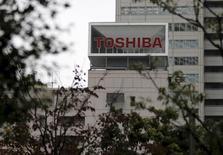 Логотип Toshiba Corp на здании штаб-квартиры компании в Токио.  Canon Inc решила купить медицинский бизнес Toshiba Corp за 665,5 миллиарда иен ($5,9 миллиарда), сообщили компании в четверг. REUTERS/Toru Hanai
