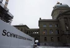 """La Banque nationale suisse (BNS) a annoncé jeudi qu'elle ne modifiait pas ses taux directeurs et dit qu'elle restait disposée à intervenir sur le marché des changes pour affaiblir un franc suisse """"nettement surévalué"""". /Photo prise le 25 novembre 2015/REUTERS/Ruben Sprich"""