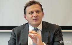 Герберт Моос разговаривает с журналистами в офисе Рейтер в Москве в сентябре 2010 года. Второй по величине госбанк РФ ВТБ рассчитывает на небольшую прибыль в 2016 году в консервативном сценарии развития, который потребует более высоких отчислений в резервы, сказал финансовый директор банка Герберт Моос журналистам во время конференц-колла. REUTERS/Alexander Natruskin