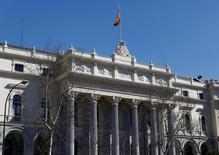 Pese a un inicio prometedor impulsada por las palabras de la Reserva Federal sobre política monetaria, la bolsa española viró a la baja con otros mercados europeos y perdía más de un uno por ciento mediada la sesión. En la imagen, una vista exterior de la Bolsa de Madrid el 3 de marzo de 2016. REUTERS/Paul Hanna