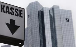 Siège de Deutsche Bank à Francfort. La banque va ramener le nombre de ses agences en Allemagne de plus de 700 à 500 afin de limiter ses coûts et s'adapter au développement de la banque en ligne. /Photo prise le 26 janvier 2016/REUTERS/Kai Pfaffenbach