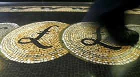 En la imagen, un empleado pisa un mosaico con el símbolo de la libra en la entrada del Banco de Inglaterra en Londres, el  25 de febrero de 2008. Los responsables de política monetaria del Banco de Inglaterra dijeron que la libra esterlina se ha visto perjudicada por la incertidumbre en torno al referendo sobre la permanencia del Reino Unido en la Unión Europea y una posible desaceleración en el crecimiento, luego de que la entidad mantuvo el jueves los tipos de interés en el mínimo histórico del 0,5 por ciento. REUTERS/Luke MacGregor/Files