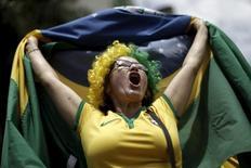 Manifestante vestindo camisa da CBF durante protesto em Brasília.    13/03/2016     REUTERS/Ueslei Marcelino