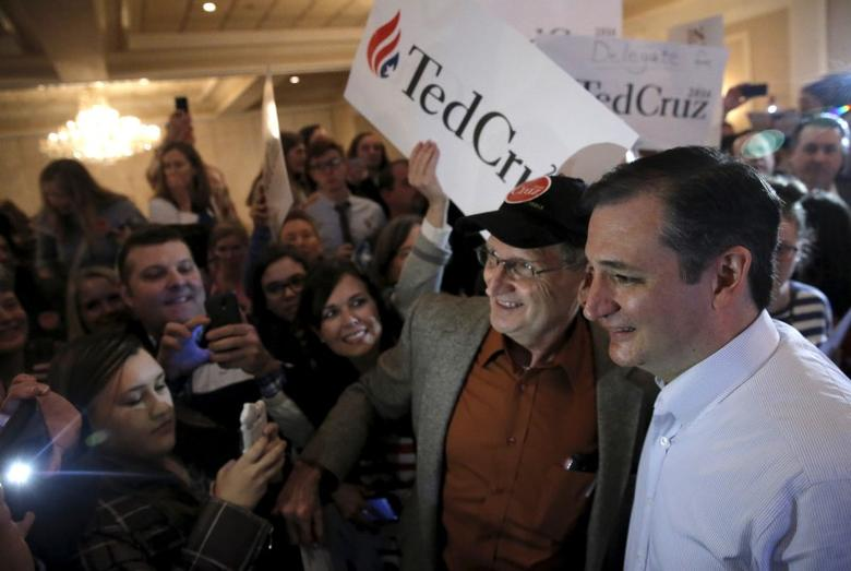 U.S. Republican presidential candidate Ted Cruz greets supporters at a campaign rally in Glen Ellyn, Illinois March 14, 2016. REUTERS/Jim Young