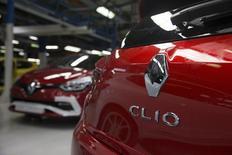 Renault va produire la nouvelle Clio dans une troisième usine en Europe pour faire face à la demande, annonce le directeur des Fabrications du constructeur automobile dans une interview au Monde daté de vendredi. /Photo prise le 1er septembre 2015/REUTERS/Philippe Wojazer