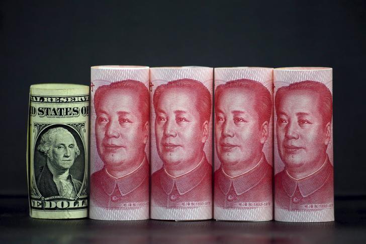 2016年1月21日,在北京拍摄的人民币和美元照片。REUTERS/Jason Lee
