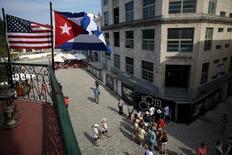 En la imagen, banderas de EEUU y Cuba en una terraza de un restaurante en el centro de La Habana, el 17 de enero de 2016. Cuba hizo el jueves un gesto de reciprocidad a Estados Unidos, tres días antes de la visita del presidente Barack Obama a La Habana, al anunciar que eliminará un impuesto a los dólares que ingresan a la isla. REUTERS/Alexandre Meneghini