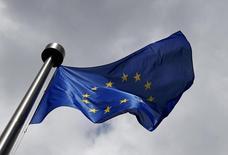 Флаг ЕС у здания Еврокомиссии в Брюсселе. 3 июня 2015 года. Европейский союз в пятницу призвал больше стран присоединиться к санкциям в отношении России в связи с аннексией Москвой Крыма, сказав, что европейские правительства крайне обеспокоены усилением российского военного присутствия в регионе. REUTERS/Francois Lenoir