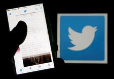 Twitter n'a pas l'intention de renoncer à la limite des 140 caractères par message, a déclaré vendredi son directeur général, Jack Dorsey, mettant fin aux spéculations des derniers mois sur la possibilité d'un abandon de l'une des principales caractéristiques du site de microblogging.  /Photo prise le 10 mars 2016/REUTERS/Régis Duvignau