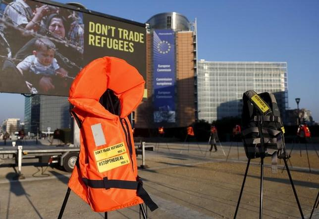 3月18日、EUはブリュッセルでトルコのダウトオール首相と首脳会議を開き、欧州に流入する不法移民の規制で合意した。難民や移民の多くが利用する、トルコからギリシャに渡るルートの遮断が目的だが、合法なのか、また実際に運用が可能なのか、状況は不透明なままだ。写真は17日、ブリュッセルで(2016年 ロイター/Francois Lenoir)