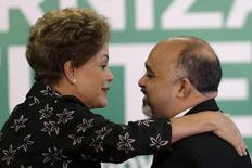 George Hilton cumprimenta a presidente Dilma no Palácio do Planalto. 19/3/2015.  REUTERS/Ueslei Marcelino