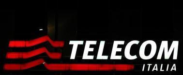 El presidente ejecutivo de Telecom Italia, Marco Patuano, presentó su dimisión tras semanas de especulaciones sobre su futuro en la empresa, dijeron el sábado tres fuentes cercanas al asunto. En la imagen, el logo de Telecom Italia en la sede del grupo en Milán, 10 de marzo de 2016. REUTERS/Stefano Rellandini