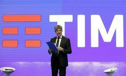 L'administrateur délégué de Telecom Italia, Marco Patuano, a remis sa lettre de démission après des semaines de spéculations sur son avenir au sein de l'opérateur télécoms italien. /Photo prise le 13 janvier 2016/REUTERS/Remo Casilli