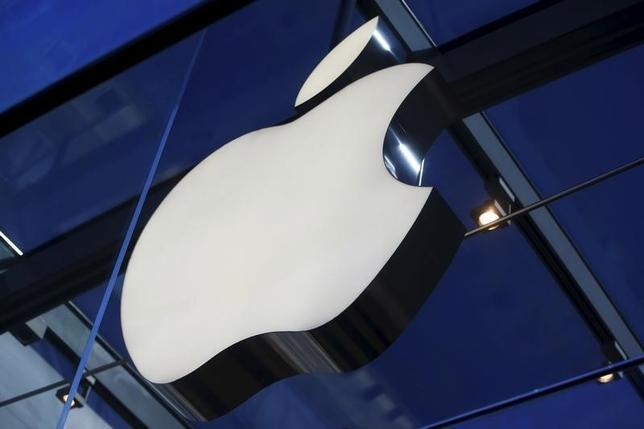 3月21日、米アップルは、より小型で価格を低めに設定したアイフォーン新機種を発表することが見込まれている。写真は同社のロゴ。昨年11月、カリフォルニア州パロアルトのアップルストアで撮影(2016年 ロイター/Stephen Lam)